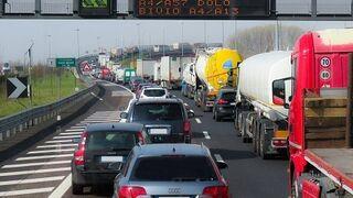 Fenadismer denuncia el colapso continuo de camiones en áreas de servicio de la AP-7