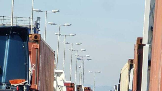 Los transportistas denuncian esperas de hasta cuatro horas en el Puerto de Valencia