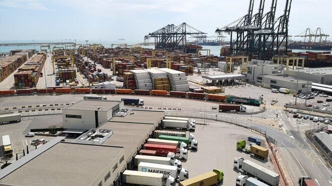 Los transportistas piden al Puerto de Valencia que abra las terminales 24 horas