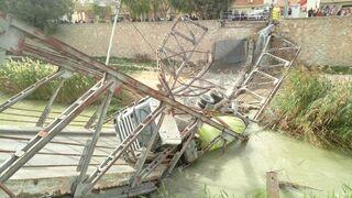 El Ayuntamiento de Murcia trabaja para retirar el camión hormigonera del Segura