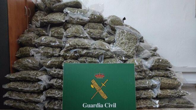 La Guardia Civil intercepta un camión en La Junquera con 179 kilos de marihuana
