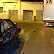 Denunciado el conductor de un camión tráiler que dañó vehículos al quedar atascado