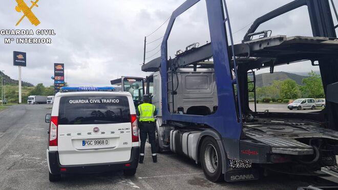 Un camionero que daba bandazos en la A-8, auxiliado por la Guardia Civil