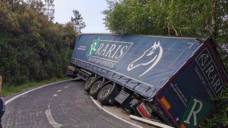 La salida de vía de un camión bloquea un tramo de la carretera OU-0107