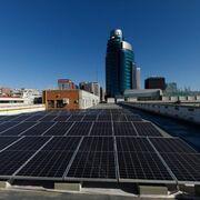 Mitma instala paneles solares en su sede de Madrid para abastecer su electrolinera