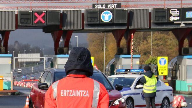 Dos muertos al arrollar un camión a un turismo en un peaje en Álava