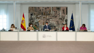 Sánchez traspasa al País Vasco las competencias de transporte por carretera