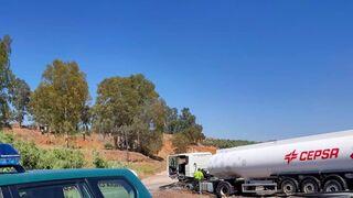 Un camión cisterna se sale de la vía y corta la circulación en la A-32, en Jaén