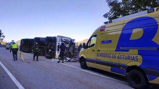 Un hombre de 57 años pierde la vida tras volcar el camión que conducía en Asturias
