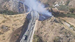 Un camión provoca un incendio al caer de un viaducto de la A-45