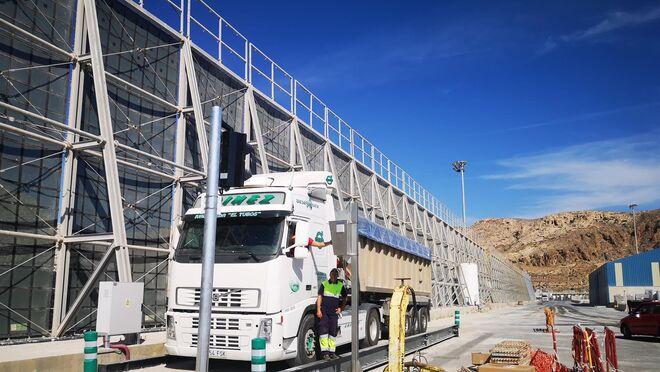 El puerto de Almería cuenta con una nueva báscula para camiones