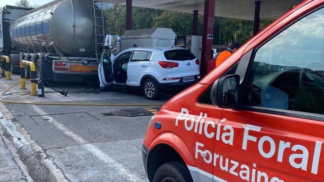 Un turismo choca contra un camión cisterna en una gasolinera navarra