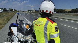 Un motorista muere al chocar con un camión en Barcelona
