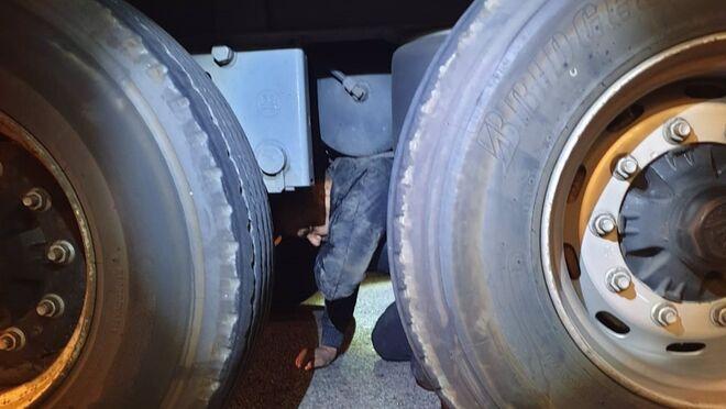 Hallado un inmigrante en los bajos de un camión en el Puerto de Algeciras