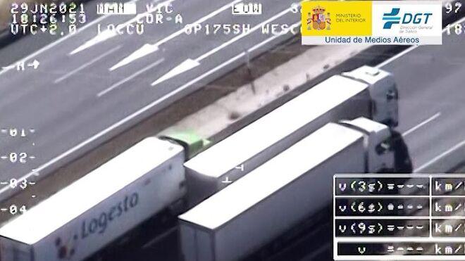 Vídeo: Tres camiones taponan los tres carriles de la A6